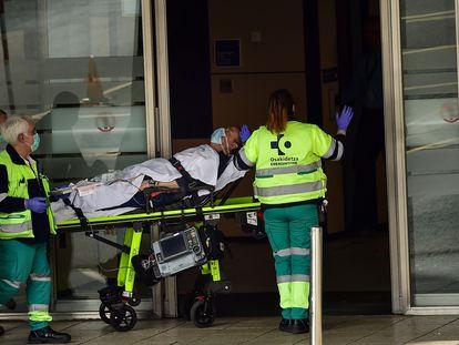 Personal sanitario traslada a un paciente en el Hospital de Cruces, en Bilbao, este sábado.