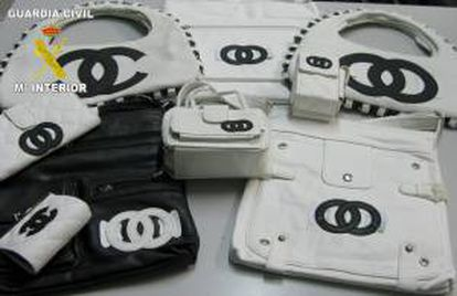 En la imagen, unidades falsificadas de grandes marcas incautadas en un local comercial de España. EFE/Archivo