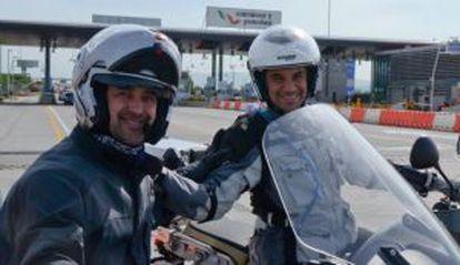 Julio Antonio de ruta en moto con su amigo Manuel.