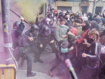 Carga de los Mossos d'Esquadra en el desahucio de tres jóvenes del conocido como Bloque Llavors, en Barcelona.