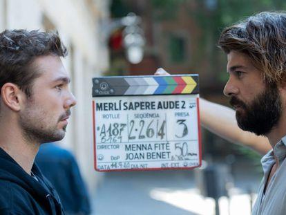 Carlos Cueva (izquierda) y Jordi Coll, en el rodaje de la segunda temporada de 'Merlí Sapere Aude'.