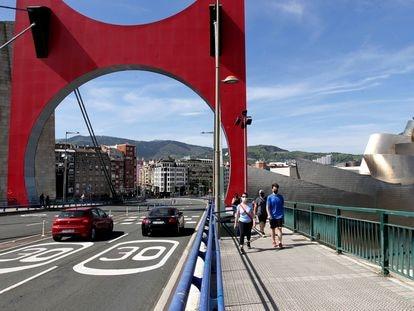 Señalización de limitación de velocidad en el puente de la Salve de Bilbao.