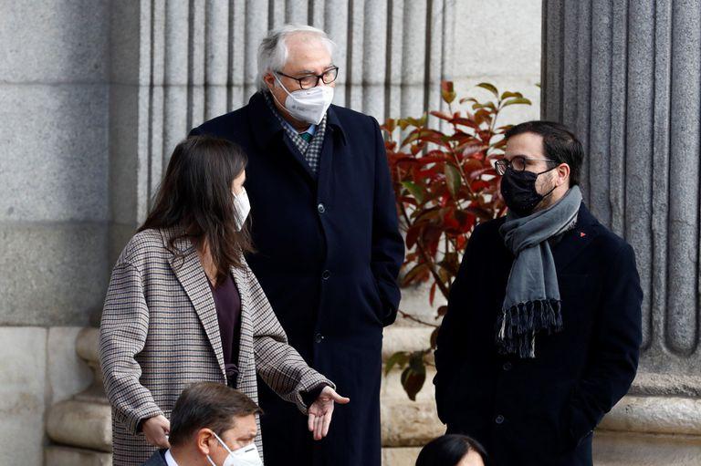 Los ministros Manuel Castells (centro), Alberto Garzón y Irene Montero durante la celebración de la Constitución en Madrid.