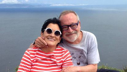 Fernando Savater y su esposa, Sara Torres, en Finisterre, en una imagen de junio de 2014.