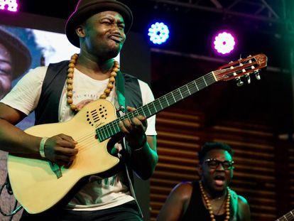 """Un nombre a recordar: Kyekyeku & Ghanalogue Highlife, banda que con un estilo que ellos definen como afro-urbano, ganó (junto a FRA!) la X edición del Vis a Vis en Ghana. Su líder es Eugene Oppong Ampadu, en la foto. CNN África Voices lo describió como """"un mago de la guitarra"""". Y no solo."""