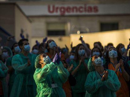 Sanitarios del Hospital Gregorio Marañón aplauden a las puertas del hospital.