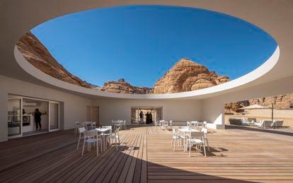 El patio de techo ovalado que enmarca la esencia del edificio centro de visitantes de Al Ula. Por ahí se ve el intenso azul del cielo y la sobriedad de las rocas.