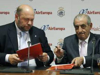 El presidente del Recreativo de Huelva Pablo Comas (i), y el presidente de Globalia, Juan José Hidalgo (d), firman el acuerdo de colaboración entre Halcón Viajes y el club deportivo, hoy en la sede de la Liga Profesional de Fútbol (LFP).