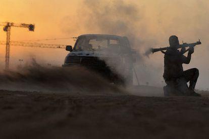Un soldado rebelde lanza una granada muy cerca de Sirte.