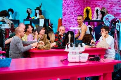 Los concursantes, fuera del drag, en el taller del programa.