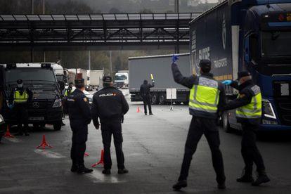 Agentes de la Guardia Civil y Policía Nacional vigilan la frontera de Biriatou entre España y Francia tras el anuncio del Gobierno del cierre de las fronteras terrestres, este martes.