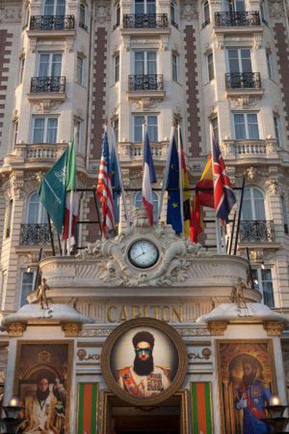 El hotel Carlton, de Cannes, decorado con carteles de la película 'El dictador', de Sacha Baron Cohen.