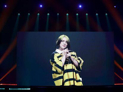 Billie Eilish interpreta en la gala de los premios ARIA en noviembre de 2020.