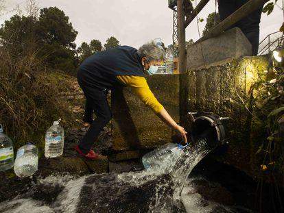 María Ángeles Cabrero recoge agua potable de las fuentes del Cega a cuatro kilómetros de su pueblo, Lastras de Cuéllar.