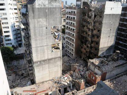 Fotografía cedida por la Agencia Telam de la zona del edificio que explotó.