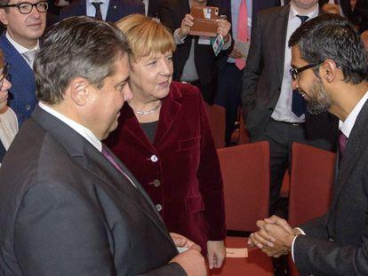 La canciller, Angela Merkel, junto al ministro de Economía, Sigmar Gabriel y el consejero delegado de Google, Sundar Pichai, en Saarbrücken, Alemania.