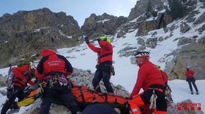 Agentes del Grupo de Actuaciones Especiales de los Bomberos de la Generalitat, en un rescate de alta montaña.