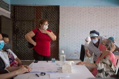Una mujer de 85 años recibe la vacuna contra la covid-19 en el  Hospital de Barrio Obrero de Asunción, el 14 de abril pasado