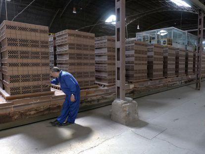 Miguel Mora, empleado de la empresa de ladrillos Alcalá Villalta, en una de las naves de la fábrica repleta de material.
