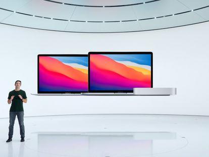 El vicepresidente de ingeniería de hardware de Apple, John Ternus, presenta tres nuevos Mac.
