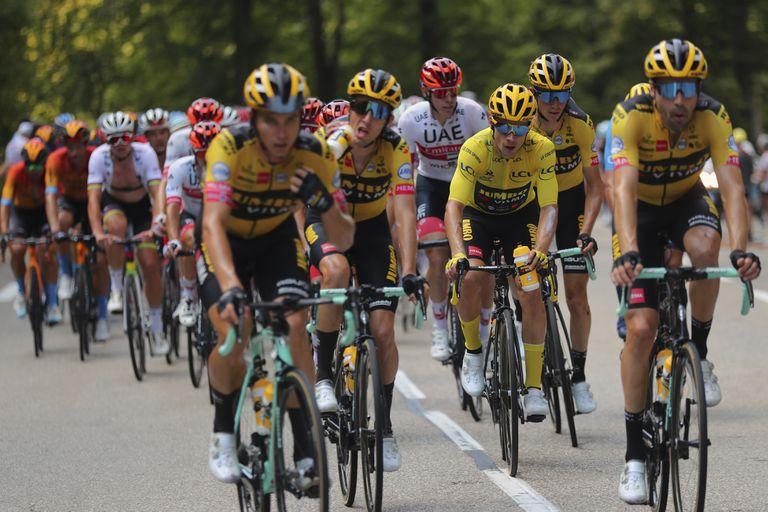 Primoz Roglic, junto con otros corredores del equipo Jumbo, durante la decimosexta etapa del Tour de Francia este martes