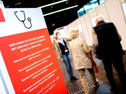 Una pareja pasa frente al cartel informativo en el centro de vacunación de Bremen, al noroeste de Alemania, este viernes.