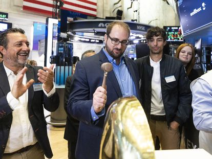 Los ejecutivos de Wallbox, desde la izquierda, Jordi Lainz, Enric Asuncion y Eduard Castaneda, en la ceremonia de toque de la campana en el inicio de cotización en la Bolsa de Nueva York.