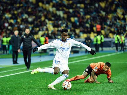 Vinicius desborda a un rival, este martes en el Olímpico de Kiev.