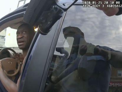 Imagen de George Floyd de la cámara personal de uno de los agentes que participó en la detención.