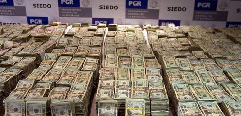 Vista de los 26,2 millones de dólares decomisados por miembros del Ejército y la Fiscalía presentados hoy durante una conferencia de prensa en Ciudad de México.