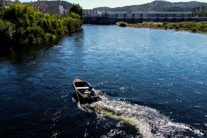 Francisco Pinto es uno de los pocos pescadores que quedan en la localidad de Ortiga, en el concejo portugués de Mação.