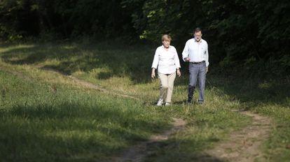 Angel Merkel y Mariano Rajoy pasean por Meseberg (Alemania), el pasado 31 de agosto.