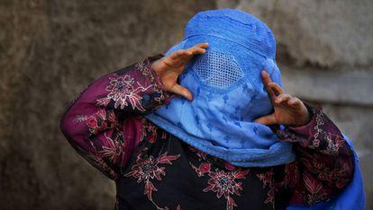 Una niña afgana intenta ver a través de su burka.