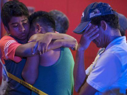 Varias personas se abrazan después de un tiroteo que causó 23 muertos en un bar en Veracruz (México) el pasado agosto.