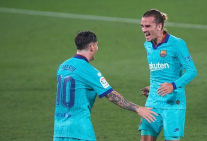 Messi y Griezmann celebran el gol del francés al Villarreal en La Cerámica, el 5 de julio