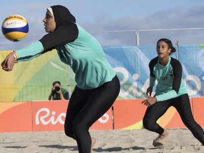 Las deportistas egipcias Doaa Elghobashy (izquierda) y Nada Meawad con hiyab en los Juegos Olímpicos 2016 en Río de Janeiro.