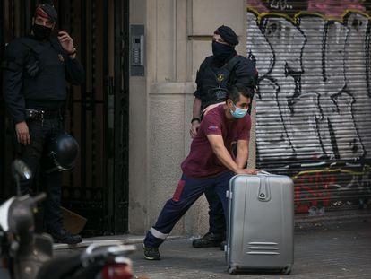 Un operario retira pertenencias de una familia desahuciada la semana pasada en Barcelona.