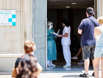 Varias personas esperan para ser atendidas en el CUAP Prat de la Riba de Lleida, donde se centralizan las pruebas a posibles contagiados de covid-19, este martes.