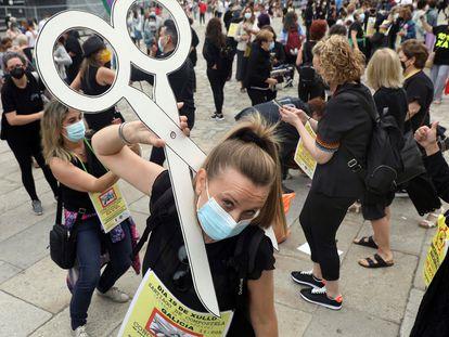 Profesionales de la peluquería y de la estética, durante una protesta en Santiago de Compostela el 17 de julio.