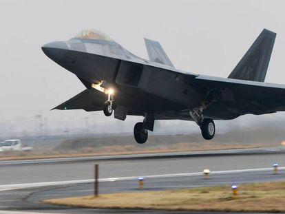 Un caza F-22 despega desde una base militar de EE.UU. en Corea del Sur.
