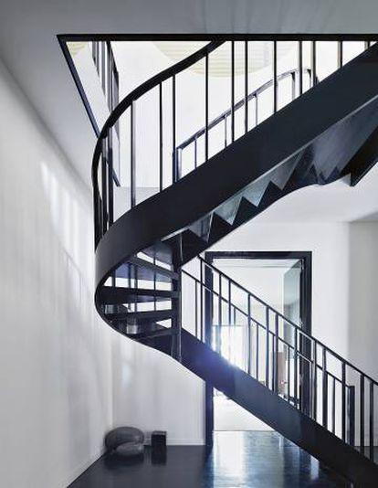 La escalera de caracol es uno de los elementos favoritos del diseñador. Acabada en goma laca, igual que la biblioteca, en la habitación contigua. Los libros que Armani ha recopilado allí se dividen por títulos de moda, cine, teatro, historia, arte, arquitectura y diseño.