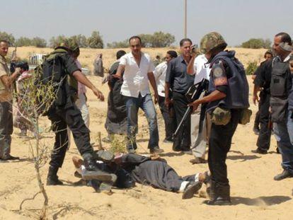 Fuerzas de seguridad egipcias detienen a un supuesto miliciano islamista este domingo cerca de la frontera egipcio-israelí.