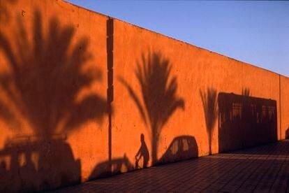 Las calles de Marraquech se muestran llenas de vida a cualquier hora del día. Marrakech. 2003.