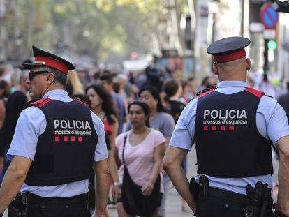 Dos 'mossos' patrullan por Barcelona.