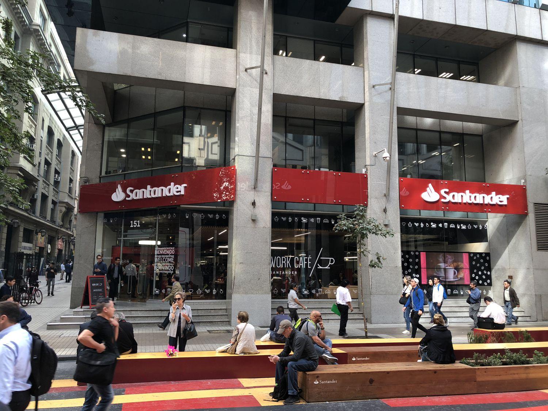 El Santander obtiene el 44% de sus ingresos de Latinoamérica. En la foto, su delegación en Chile.