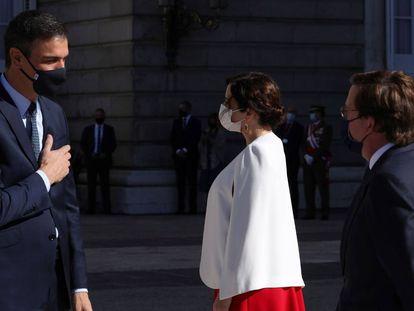 El presidente del Gobierno, Pedro Sánchez, conversa con la presidenta de la Comunidad de Madrid, Isabel Díaz Ayuso, y el alcalde de Madrid, José Luis Martínez Almeida el pasado 12 de octubre.