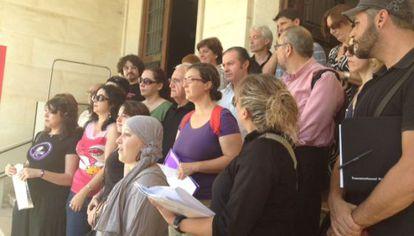 Diversos colectivos piden el indulto de la madre de Benijúzar a la puerta de la Subdelegación del Gobierno.