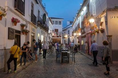 Ambiente en el casco histórico de Córdoba en la noche del viernes 14 de mayo.