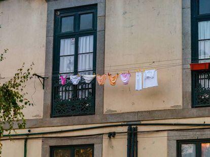 Varias prendas de ropa tendidas.