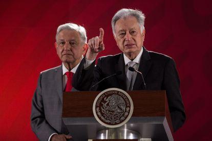 Manuel Bartlett delante del presidente mexicano, Andrés Manuel López Obrador, en una conferencia de prensa en 2019.